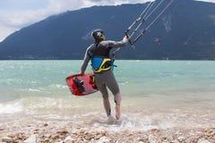 Kitesurfer lancia il suo aquilone nel lago di Santa Croce Immagine Stock Libera da Diritti