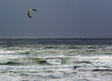 Kitesurfer in mare agitato fotografia stock