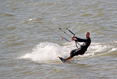 Kitesurfer masculin Photographie stock