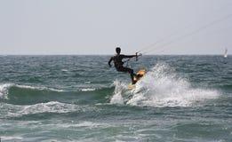 Kitesurfer met een zeilboot Stock Afbeeldingen