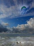Kitesurfer mot blå molnig himmel Arkivbilder