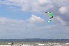 Kitesurfer na baía de Swansea fotografia de stock royalty free