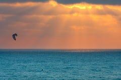 Kitesurfer na morzu śródziemnomorskim przy zmierzchem w Izrael. Fotografia Stock