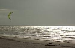 Kitesurfer na pogodnym morzu przy plażą Obraz Royalty Free