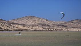 Kitesurfer na Risco Del Paso plaży, Fuerteventura, wyspy kanaryjska Obraz Stock