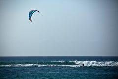 Kitesurfer och vågor Royaltyfria Foton