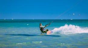 Kitesurfer op de Rode overzeese golven Egypte stock foto