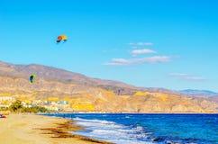 Kitesurfer på havsvågor, extrem sport för vatten, aktiv sport, adve Royaltyfri Foto
