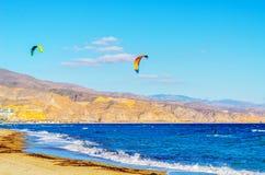 Kitesurfer på havsvågor, extrem sport för vatten, aktiv sport, adve Arkivfoton