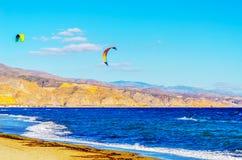 Kitesurfer på havsvågor, extrem sport för vatten, aktiv sport, adve Royaltyfri Fotografi