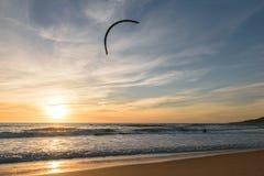 Kitesurfer på solnedgången i Tarifa, Spanien royaltyfria foton