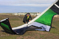 Kitesurfer. Preparing his power kite Royalty Free Stock Photos