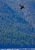 Kitesurfer que começ algum ar grande Foto de Stock Royalty Free