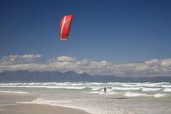 Kitesurfer que monta as ondas em Strandfontein Fotos de Stock Royalty Free