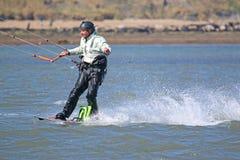 Kitesurfer que monta sua placa fotos de stock