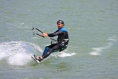 Kitesurfer que monta sua placa imagem de stock
