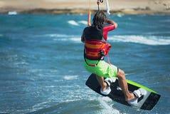Kitesurfer que voa sobre a onda Foto de Stock Royalty Free