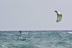 Kitesurfer-Reiten Stockbilder