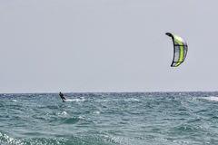 Kitesurfer ridning Arkivbilder