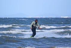 Kitesurfer ridning Arkivfoto