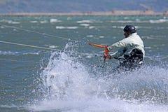 Kitesurfer som rider hans bräde Royaltyfri Fotografi