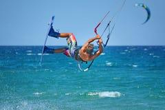 Kitesurfer som utför kiteboarding trick - extrema vattensportar Arkivbilder