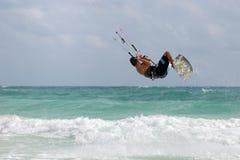 Kitesurfer springende Welle Lizenzfreies Stockbild