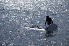 Kitesurfer står i vatten Arkivfoto