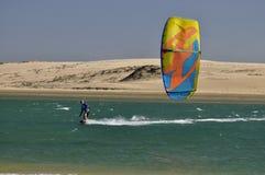 Kitesurfer su un fiume Fotografia Stock Libera da Diritti