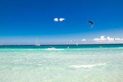 Kitesurfer szybownictwo blisko plażowego losu angeles Cinta, Sardinia obraz royalty free