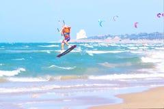 Kitesurfer tijdens een sprong Royalty-vrije Stock Foto's