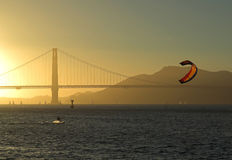 Kitesurfer vor Br5ucke, Francisco-Sonnenuntergang Stockfoto