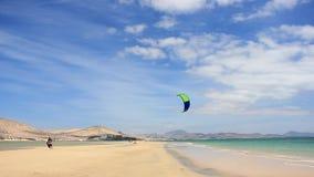 Kitesurfer-Weg auf einem Strand mit Softkite auf Kanarischen Inseln Fuerteventuras stock video