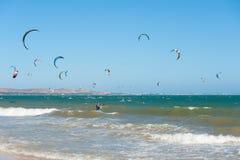 Kitesurfers在越南 免版税图库摄影