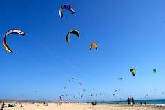 Kitesurfers海滩风筝 免版税图库摄影