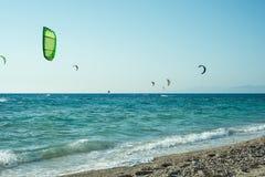 Kitesurfers στην παραλία της Μήλου Στοκ Φωτογραφία
