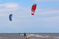 Kitesurfers в волнах Стоковые Фотографии RF
