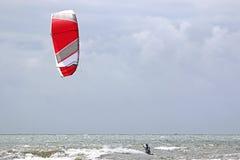 Kitesurfers в волнах Стоковое Фото