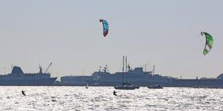 Kitesurfers в гавани Портленда Стоковое Фото