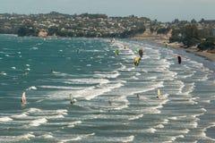 Kitesurfers в заливе Омахи в Новой Зеландии Стоковое Изображение
