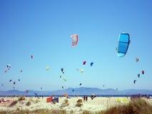 Kitesurfers на красивом пляже Тарифы Испания Стоковые Изображения RF