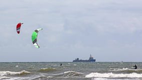 Kitesurfers на море Стоковые Фотографии RF
