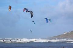 Kitesurfers на песках Saunton Стоковое Изображение RF