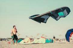 Kitesurfers на пляже подготавливает оборудование спорта Стоковое Изображение RF