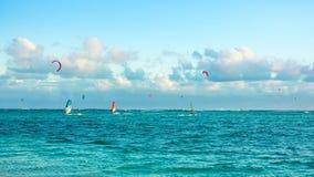 Kitesurfers на пляже Le Morne Стоковые Изображения RF
