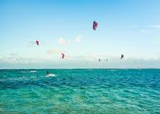 Kitesurfers на пляже Le Morne Стоковое Фото
