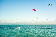 Kitesurfers на пляже Le Morne Стоковые Изображения