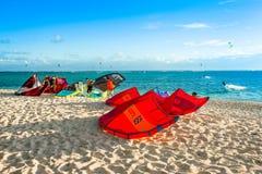 Kitesurfers на пляже Le Morne Стоковое Изображение RF