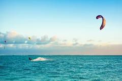Kitesurfers на пляже Le Morne Стоковые Фото