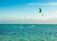 Kitesurfers на пляже Le Morne Стоковая Фотография